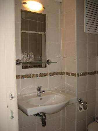 Barin Hotel: Baño