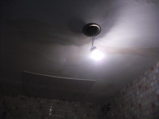 Hostal Pension San Ramon: Humedades techo y Lámpara suelta