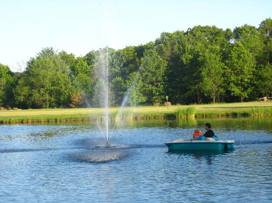 Tamarack & Mirror Lake Resort: enjoying peddle boats