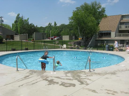 Tamarack & Mirror Lake Resort: outdoor heated pool