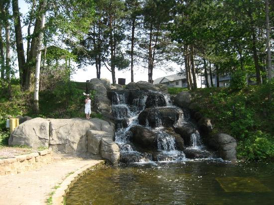 Lake Delton, วิสคอนซิน: waterfall on grounds