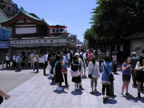 Nakamise Shopping Street (Kaminarimon): entering the Nakamise shopping street