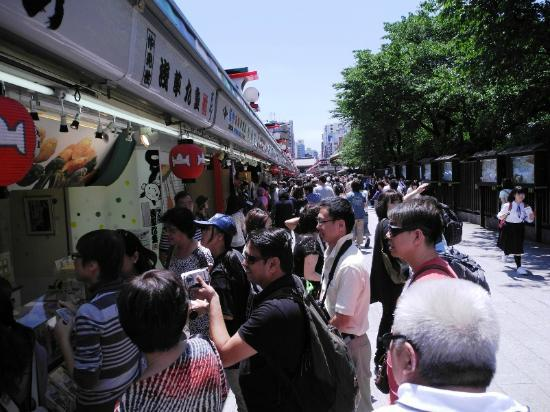 Nakamise Shopping Street (Kaminarimon): people queueing up to buy some local snacks