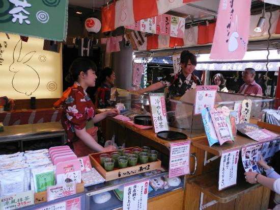 Nakamise Shopping Street (Kaminarimon) : a stall with some girls wearing the beautiful yukata.