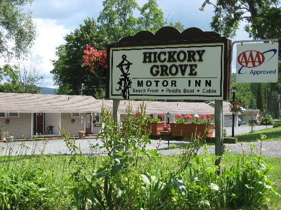 Hickory Grove Motor Inn: Road Sign