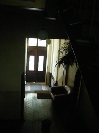 Central Globetrotter Hostel & Jugendherberge Leipzig : 入り口。真昼間でも真っ暗です。