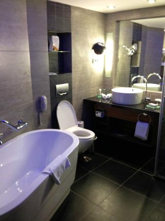 Hilton Tel Aviv: Bathroom in upgraded room on 10th floor