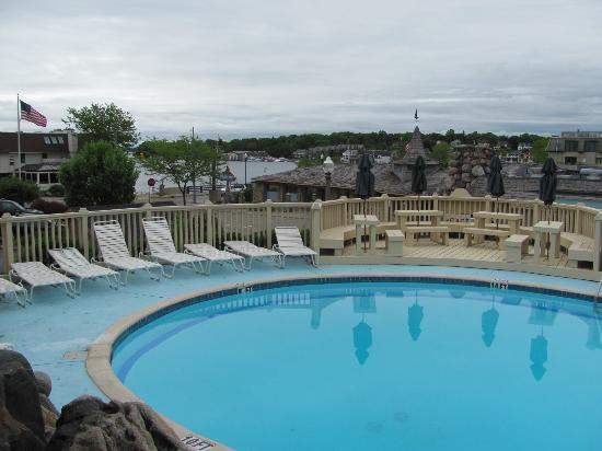 Weathervane Terrace Inn and Suites: view of pool from Breakfast Room