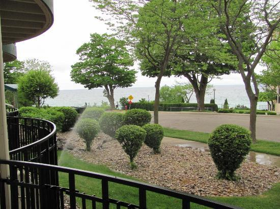 Weathervane Terrace Inn and Suites: patio view of Lake Michigan