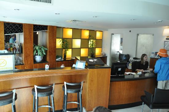 Sea Net Hotel: Front desk and bar in hotel lobby.