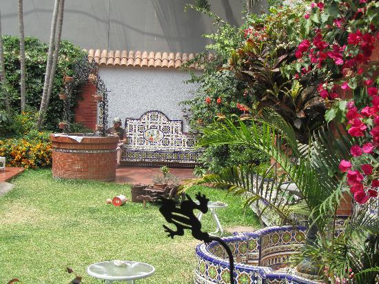 HQ Villa Hostel: patio