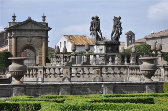 Villa Lante: ..der Brunnen der Mohren im Garten....