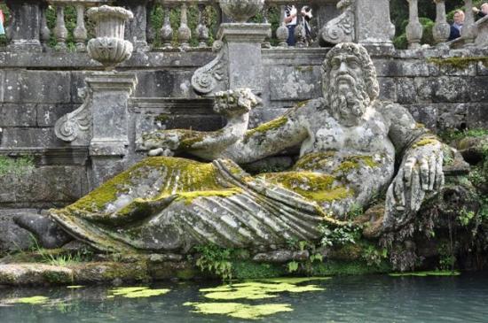 Bagnaia, İtalya: ...ER bewacht den Brunnen....