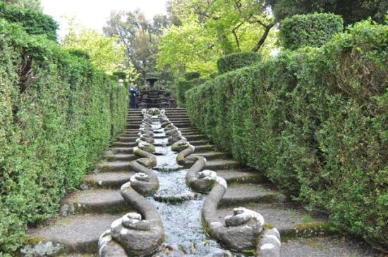 Villa Lante: ...Wasserläufe - kühl im Sommer ....
