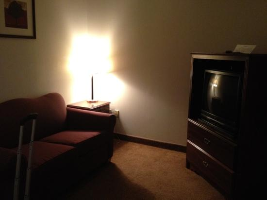 U.S. Travelers Inn & Suites: extra room with tv and sink, microwave