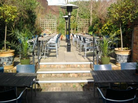 La Vina Lymington: Lovely garden at the back