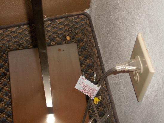 La Quinta Inn by Wyndham Decatur: trash around floor lamp in corner