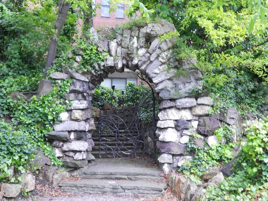 Iveagh Gardens : gates inside Iveagh Garden