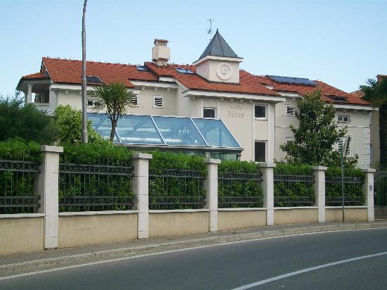 Hotel Villa Vera: hotelrückseite an hauptverkehrsstraße