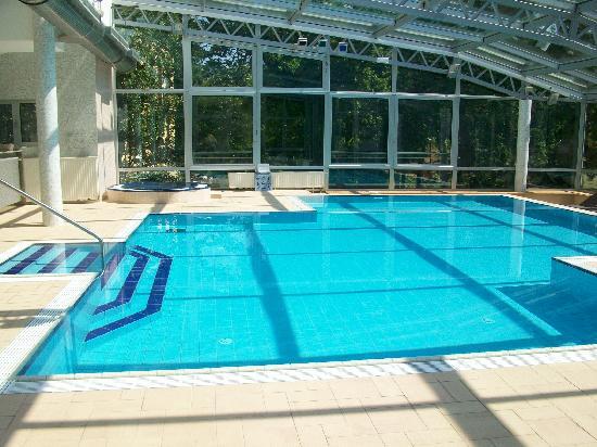 Hotel Villa Vera: schöne Schwimmhalle (Glastüren können geöffnet werden)