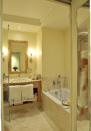 Villa Lara Hotel: The Bathroom