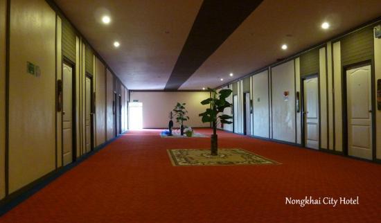 Nongkhai City Hotel: Der Gang im ersten Stock ist riesig.