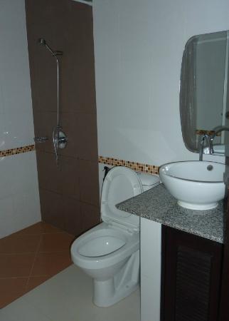 Nongkhai City Hotel: Das Badezimmer ist frisch, sauber und zweckmässig.