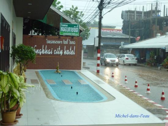 Nongkhai City Hotel: Der Eingang, hier bei Regen.