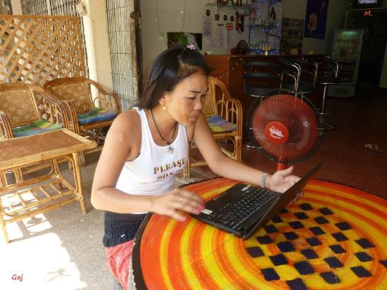 """Nongkhai City Hotel: Gaj, Kassiererin von der """"Be-Happy-Bar"""" erhält 50 Baht vom Hotel, wenn sie das Zimmer verrmittel"""