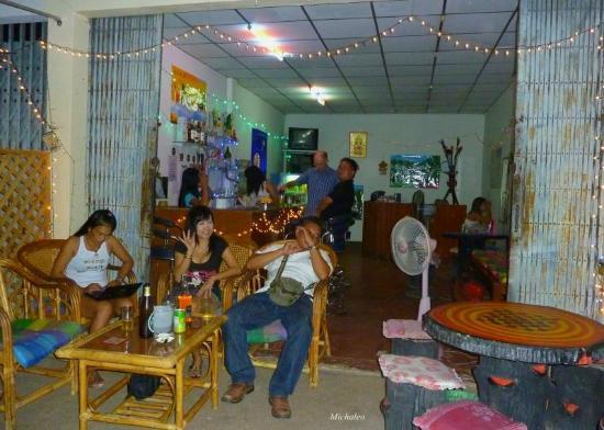 """Nongkhai City Hotel: Gleich gegenüber gibt es die """"Be-Happy-Bar"""" ein guter Ort für ein Schlummertrunk und Unterhaltun"""