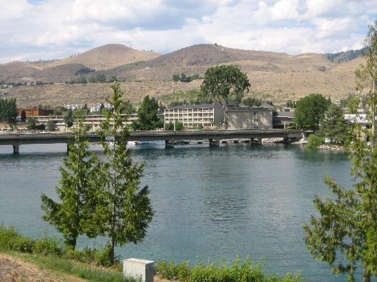 Chelan House Bed and Breakfast: View across the Chelan River to downtown