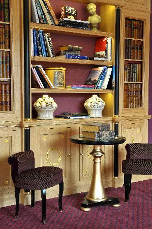 Villa Lara Hotel: The Library