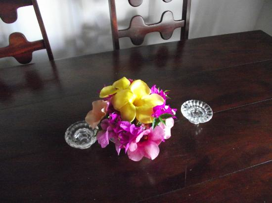 Coral Cove Cottages & Apartments : Fresh flower displays every day