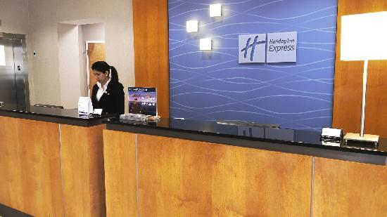 Holiday Inn Express Hotel & Suites Stamford: Front Desk