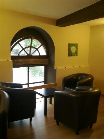 Fou d'Café : Le salon avec vue sur l'eau.