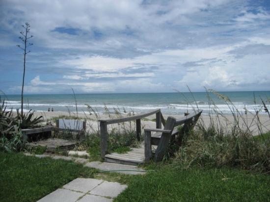 Oceanfront Paradise Resort : Walkway to beach