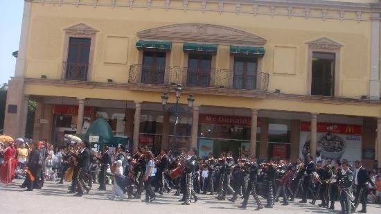 Ayuntamiento Del Municipio De Leon : Desfile en la plaza el 1 de mayo,mariachis ponen música a la centrica Plaza