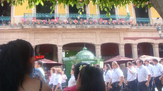 Ayuntamiento Del Municipio De Leon : Bajo hermosas y coloridas florecillas que cuelgan de viejas fachadas, desfilan leoneses con aleg