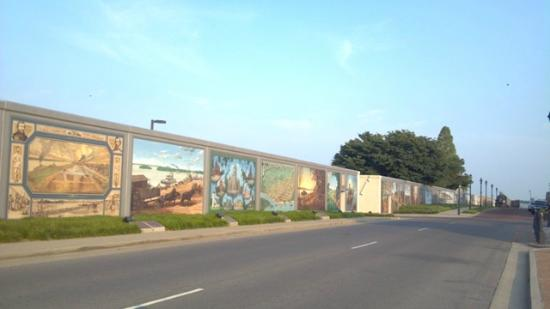 Hampton Inn & Suites Paducah: Mural on downtown flood wall