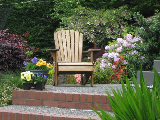 Olympic View Bed and Breakfast Cottage: Beautiful garden