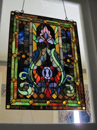 Beaumont Hotel & Spa: Stained glass window in the Hoover Room.