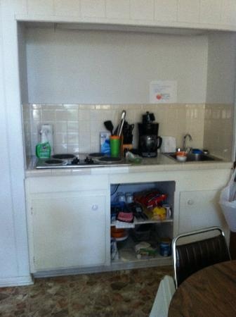 Brady Mountain Resort and Marina: Kitchenette/stocked with dishes