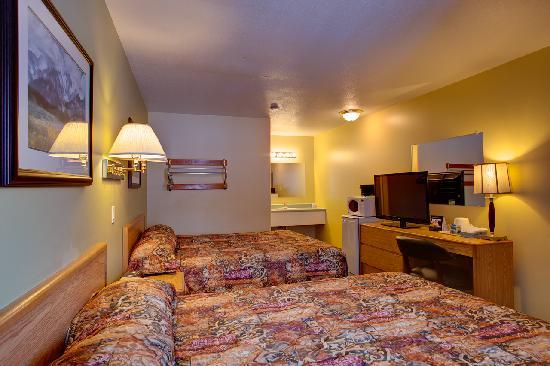 Travelodge Golden Sportsman Lodge: standard room