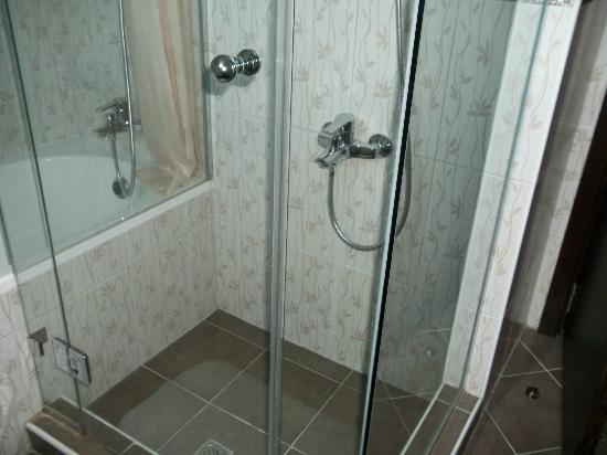 Dusit Residence Dubai Marina: Shower