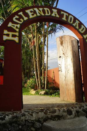 Toad Hall Hotel Arenal: Welcome to Toad Hall Arenal, Costa Rica