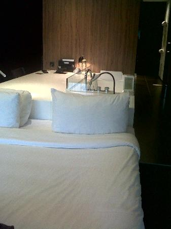 Carbon Hotel - Different Hotels: Bed & bath