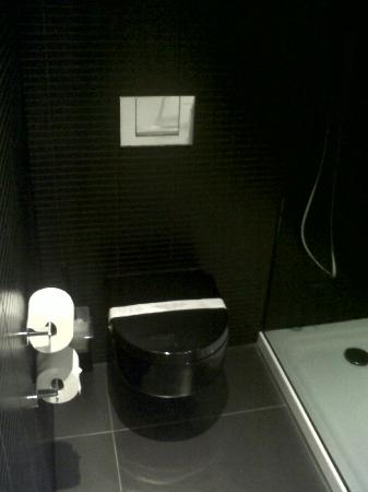 Carbon Hotel - Different Hotels: Shower area