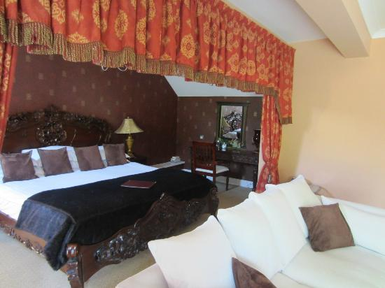 Sychnant Pass Country House: Bed area of suite