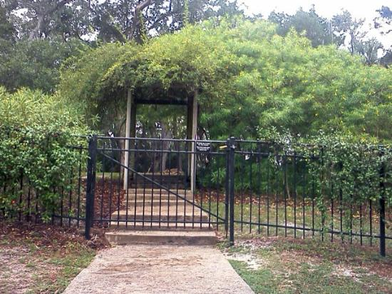Washington Oaks Gardens State Park: entrance to the rose garden