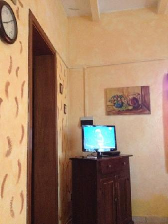 Al Casolare: soggiorno e a sinistra cucinotto